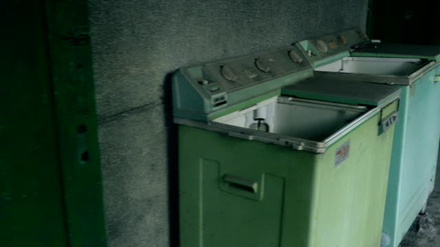 waschmaschinen außerhalb verlassenes gebäude - waschmaschine wand stock-videos und b-roll-filmmaterial