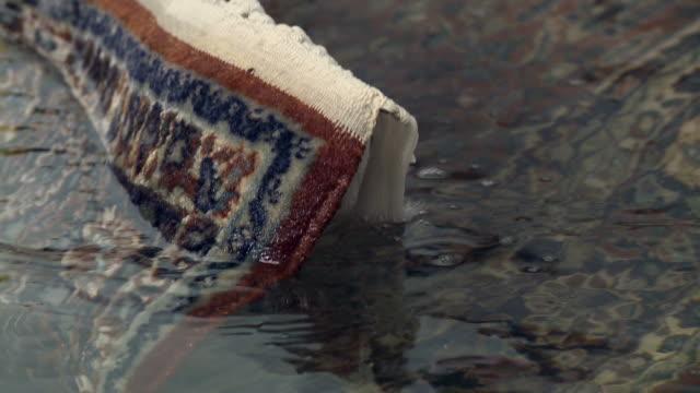 lavare tappeti 2 - tappeto video stock e b–roll