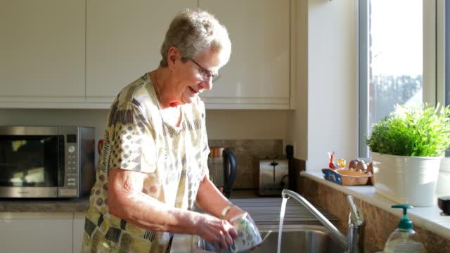 waschen der gerichte - essgeschirr stock-videos und b-roll-filmmaterial