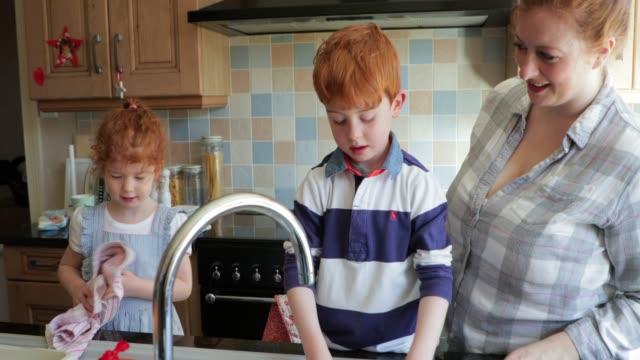 lavare i piatti con la mummia - capelli rossi video stock e b–roll
