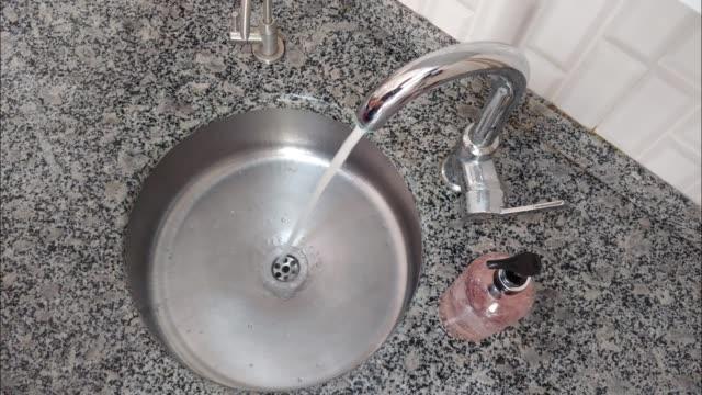 石鹸で電話を洗う。covid 19 ウイルスからの保護 - 洗う点の映像素材/bロール