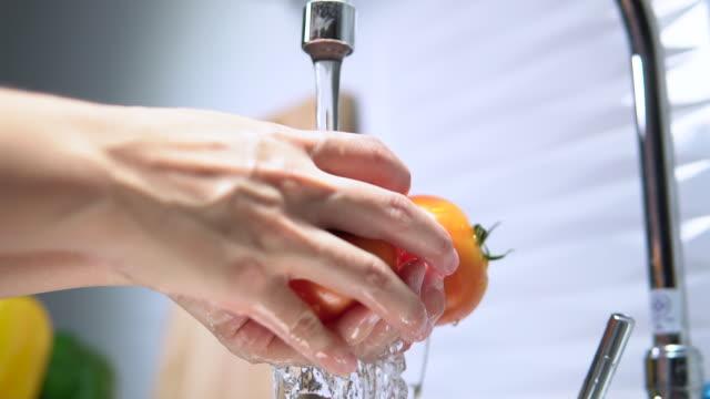 washing tomato - myć filmów i materiałów b-roll