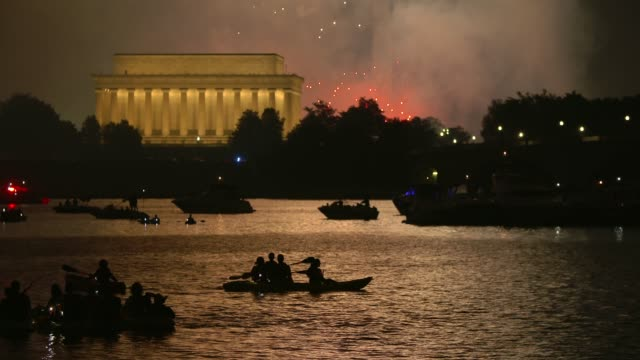 washington dc fireworks with the lincoln memorial and kayakers in the foreground - 4 luglio video stock e b–roll