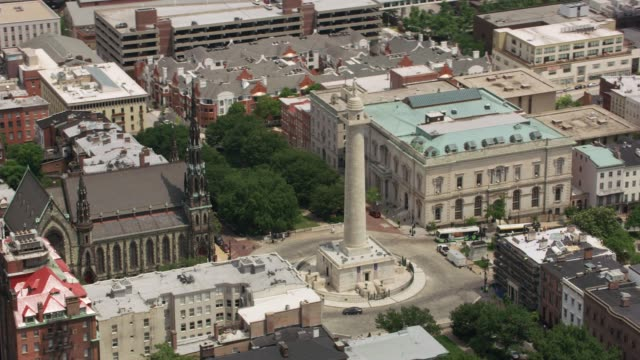 washington monument in downtown baltimore. - памятник стоковые видео и кадры b-roll