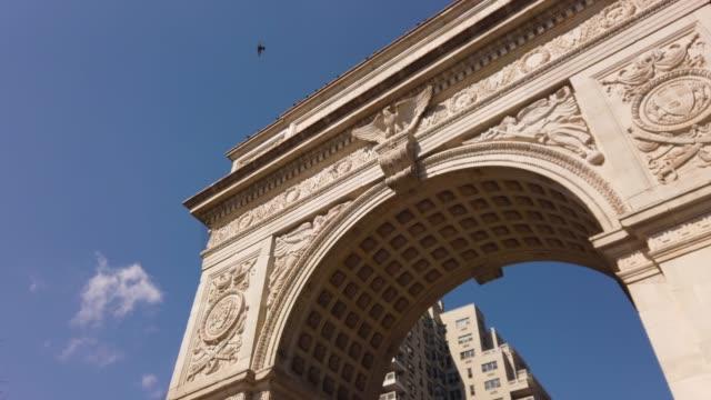 washington square arch, manhattan, new york city, usa - stile del xix secolo video stock e b–roll