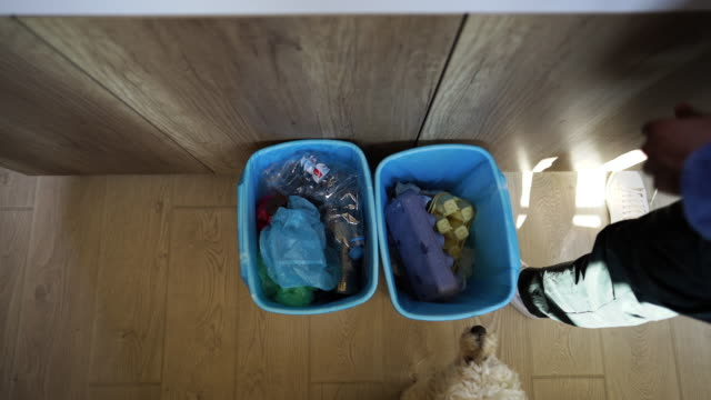 waste separation from above - odzyskiwanie i przetwarzanie surowców wtórnych filmów i materiałów b-roll