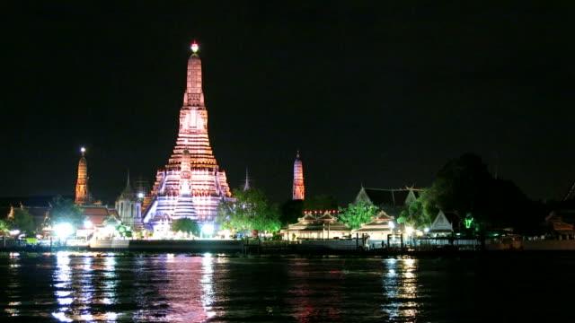 wat arun (temple of dawn) across chao phraya river - stupa stok videoları ve detay görüntü çekimi