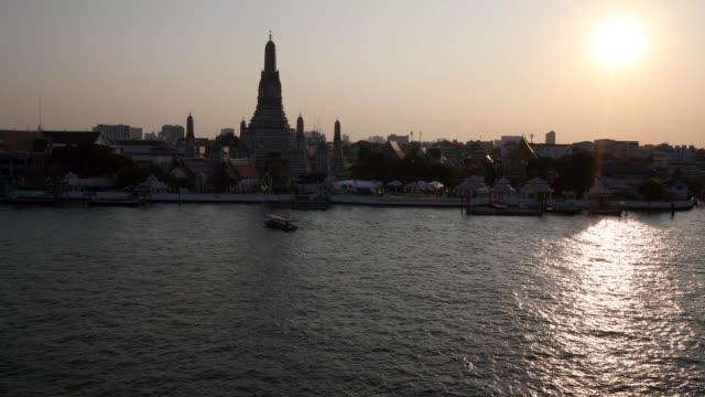 wat arun bangkok - fiume chao phraya video stock e b–roll