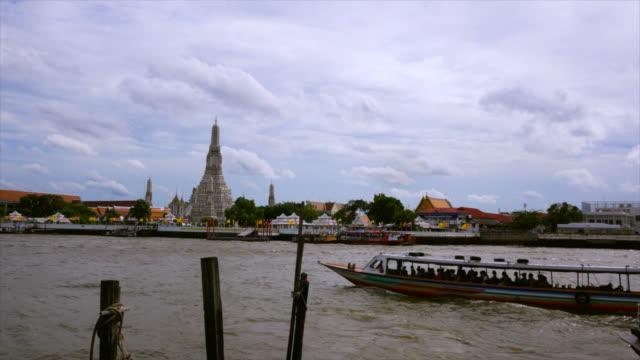 wat arun in bangkok, thailand stock video - fiume chao phraya video stock e b–roll