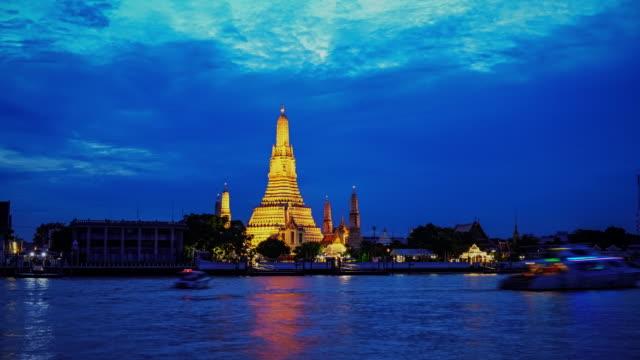 wat arun temple on sunset in bangkok thailand ,wat arun is famous landmark of bangkok, thailand. - fiume chao phraya video stock e b–roll