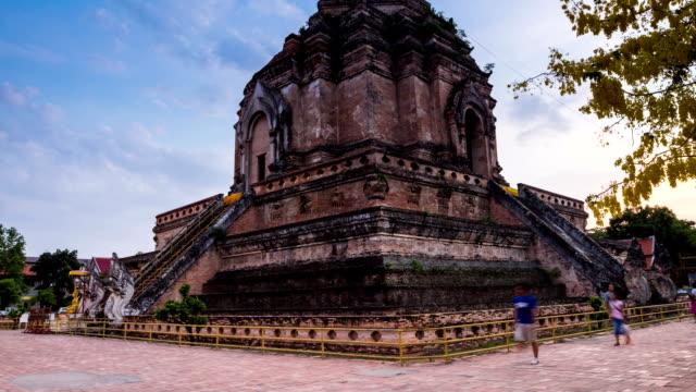 wat chedi luang-tempel von chiang mai, thailand. - pagode stock-videos und b-roll-filmmaterial
