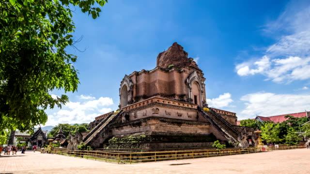 wat chedi luang tapınağı ile bulutlu gökyüzü chiang mai, tayland. - stupa stok videoları ve detay görüntü çekimi