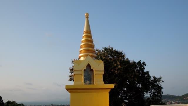 サムイ島, タイ - 2月 26, 2020: ワット・カオ・フア・ジュック, 黄金の寺院の塔, サムイ島, タイ - サムイ島点の映像素材/bロール
