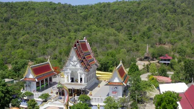 vídeos de stock e filmes b-roll de wat khao sung chaem fa temple with giant snake and reclining gold buddha, in kanchanaburi, thailand - cultura tailandesa
