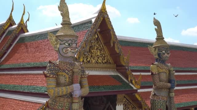 vídeos de stock, filmes e b-roll de wat phra kaew, o templo do buda de esmeralda, em bangcoc - wat