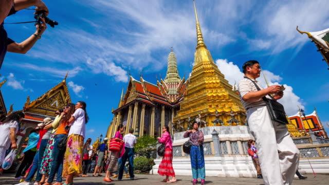 wat phra kaew görünümü na phra lan sokak bangkok - stupa stok videoları ve detay görüntü çekimi