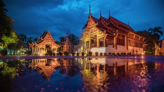 vídeos de stock, filmes e b-roll de wat phra singh templo time lapse do dia para a noite, chiang mai, tailândia - wat