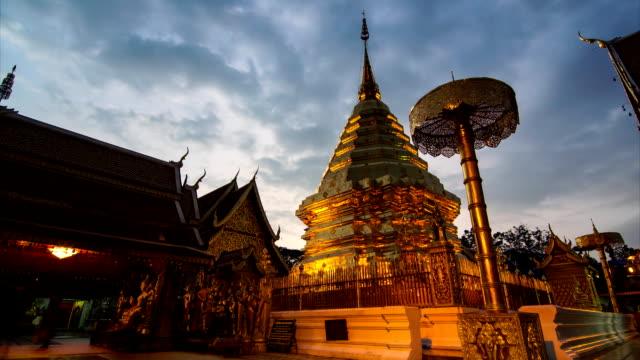 wat phra that doi suthep ünlü chiang mai tapınağı, tayland - stupa stok videoları ve detay görüntü çekimi