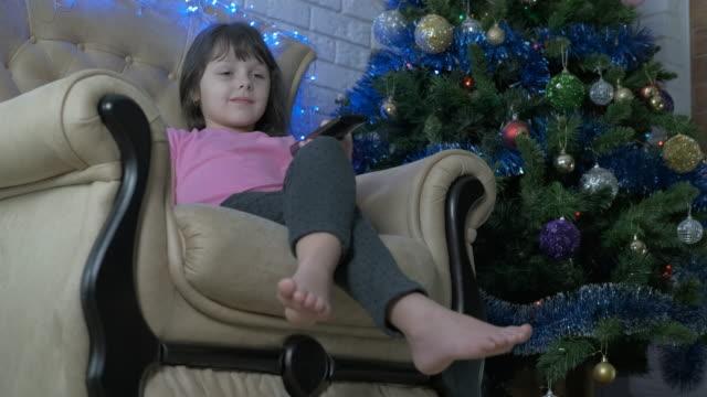 guarda la televisione a natale. - christmas movie video stock e b–roll
