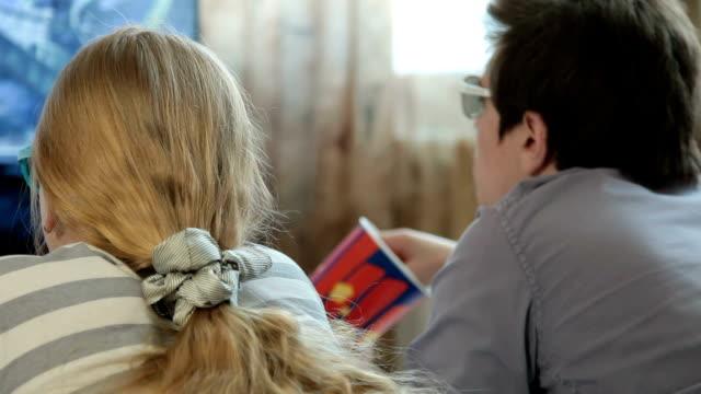 vídeos de stock e filmes b-roll de assistir filme em 3d na tv em casa - tv e familia e ecrã