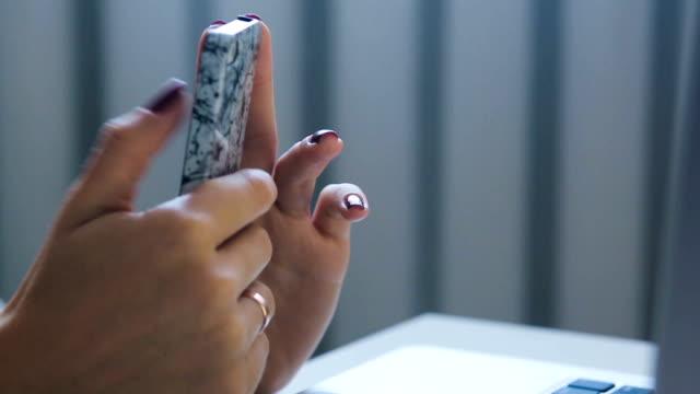 tittar på en telefon, efter att typeing på tangent bordet - offline bildbanksvideor och videomaterial från bakom kulisserna