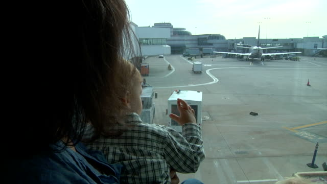 stockvideo's en b-roll-footage met watching airplanes - airport pickup