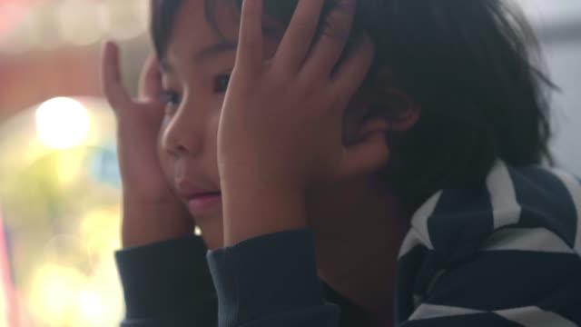vidéos et rushes de regarder l'ordinateur portable - fournitures scolaires