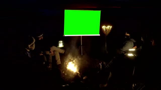 vídeos de stock, filmes e b-roll de assistir filme no exterior - resolução 4k - pré estreia