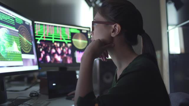vídeos de stock, filmes e b-roll de telas de pessoas assistindo - pré estreia