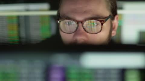 stockvideo's en b-roll-footage met voorraad cijfers kijken - computer