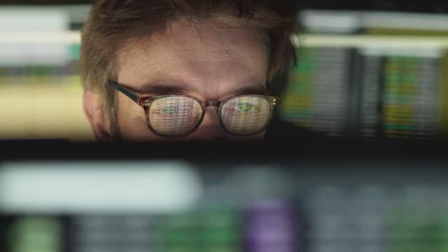 aktienkurse beobachten - überprüfung stock-videos und b-roll-filmmaterial