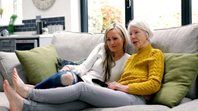 vídeos de stock, filmes e b-roll de vendo televisão com mamãe - filha