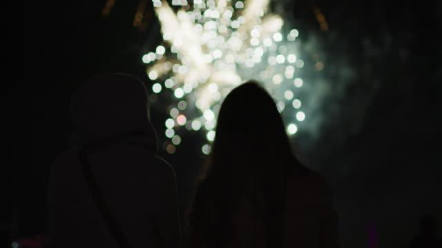 stockvideo's en b-roll-footage met het vuurwerk 's nachts bekijken - bewondering