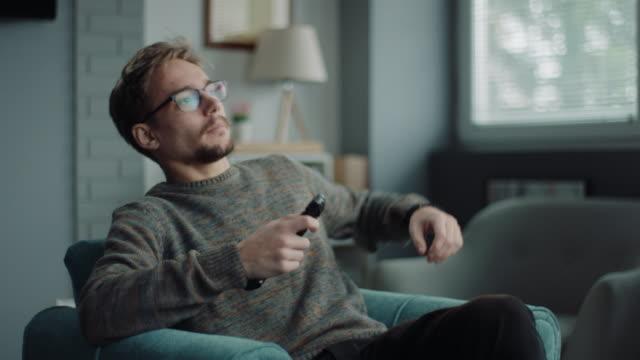 watching tv! - solo un uomo video stock e b–roll