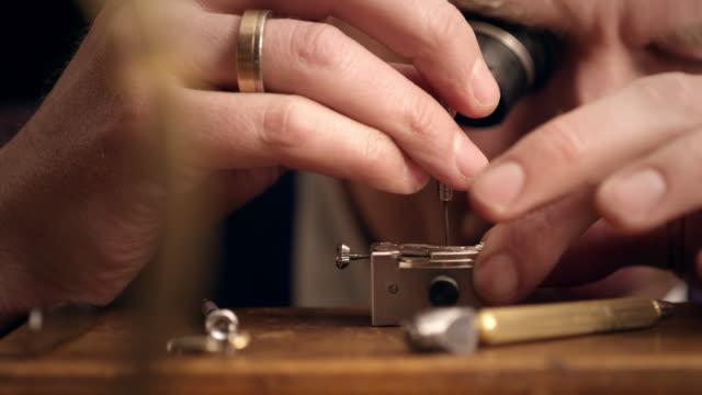vídeos de stock, filmes e b-roll de relojoeiro montar watch - cronômetro instrumento para medir o tempo