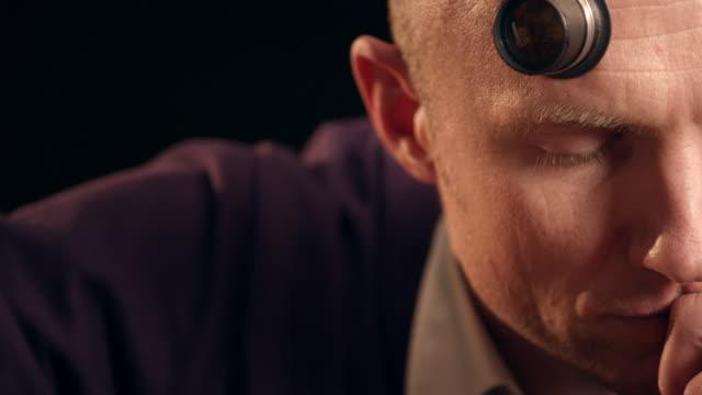 취합 시계 시계 - 한 명의 중년 남자만 스톡 비디오 및 b-롤 화면