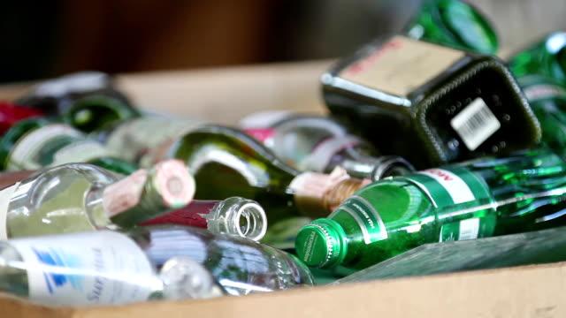 wasser in flaschen auf eine kaution für die wiederverwertung gesammelt - altglas stock-videos und b-roll-filmmaterial