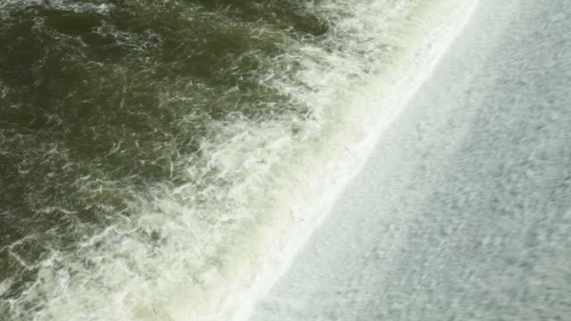 Wasser entlang einem Wasserkraftwerk-Staudamm – Video