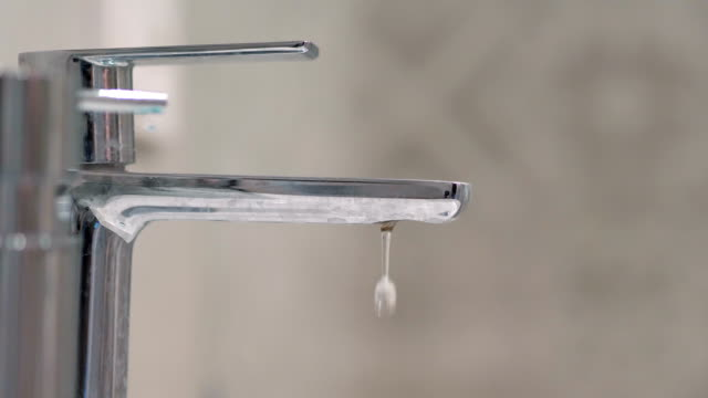 4 k 슬로우 모션 60fps에에서 수도 꼭지에서 떨어지는 물 - tap water 스톡 비디오 및 b-롤 화면