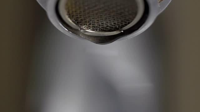 woda kropla spada z naciśnij - tap water filmów i materiałów b-roll