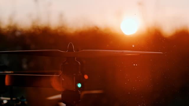 super slo mo water drops falling on spinning drone propellers - śmigło filmów i materiałów b-roll