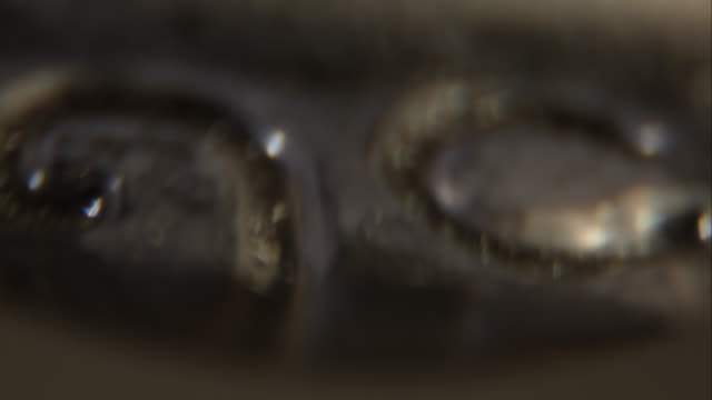 капли воды из ответвитель экстремальных крупным планом - tap water стоковые видео и кадры b-roll