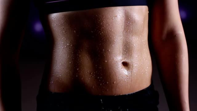 vattendroppar öser ner perfekt platt mage av sportig kvinna träning i gym - svett bildbanksvideor och videomaterial från bakom kulisserna