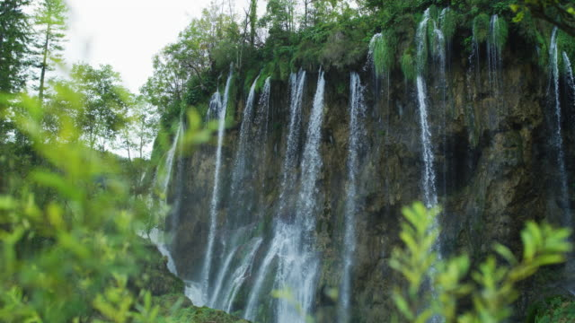 water falling over a cliff - национальный парк плитвицкие озёра стоковые видео и кадры b-roll