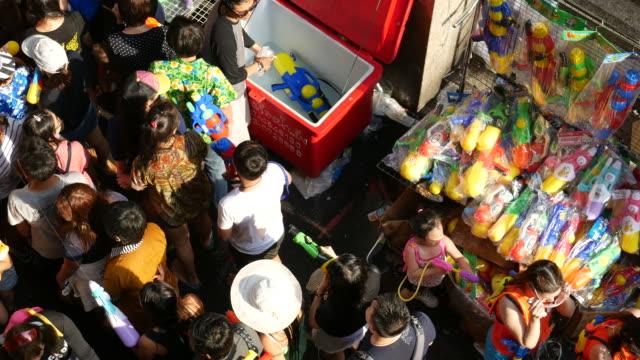 vídeos de stock, filmes e b-roll de briga na água, festival songkran - ano novo budista
