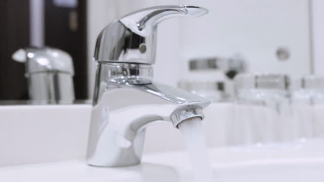 water flowing from the tap - нержавеющая сталь стоковые видео и кадры b-roll