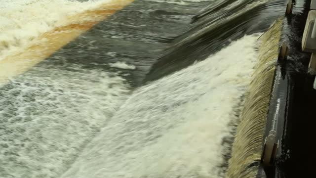 Wasser fließt über-Damm bietet – Video