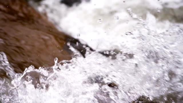 vídeos y material grabado en eventos de stock de agua que fluye over rocks - roca