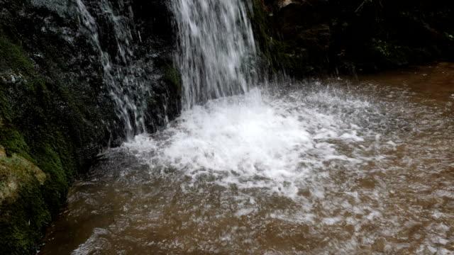 wasser aus einem wasserfall in den bergen. - süßwasser stock-videos und b-roll-filmmaterial