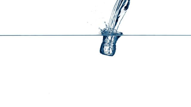 Una persona de agua una bellísima en agua clara - vídeo